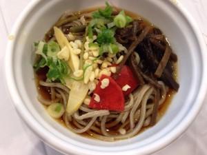 ふくい味の祭典のそば打ち名人大会ブースに出店していた、福井県内そば食べ歩きコーナーは行列が絶えませんでした。